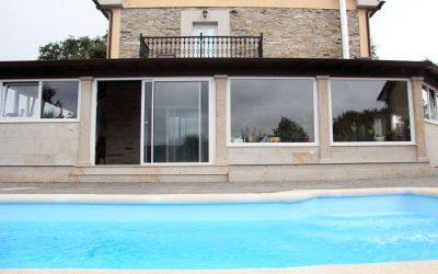 Ampliación de salón con estructura cubierta y piscina exterior
